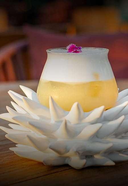 Cocktail servido en vaso de flor