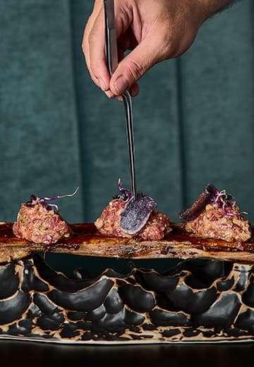Restaurante-Insolito-tartar-tuetano-montaje